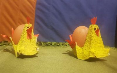 Wielkanocna ozdoba – kurka ztekturowego opakowania pojajkach