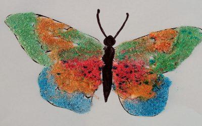 Kolorowy motyl malowany solą